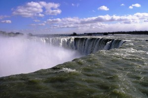 800px-Looking_over_the_brink_of_Horseshoe_Falls