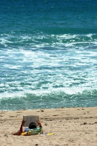 Woman_reading_on_the_beach